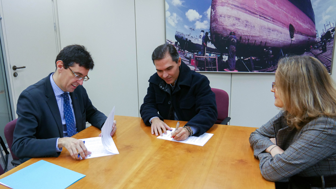 Alejandro Marras, President of ARPHO and Head of thechnical department of HCC and Manuel Arana Burgos President of ATPYC sign a cooperation agreement